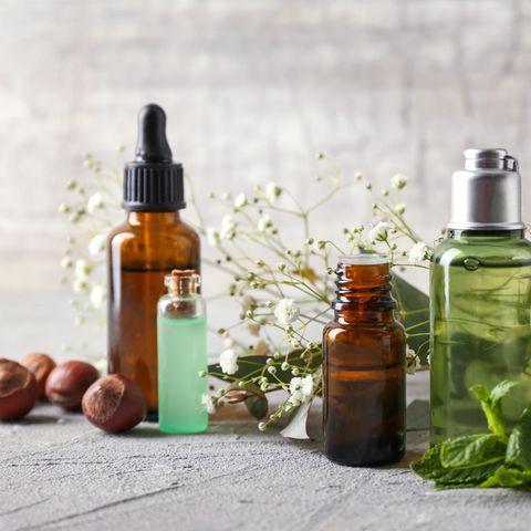 Naturkosmetik, Naturkosmetik-Produkte, braune und grüne Flaschen, natürliche Inhalte