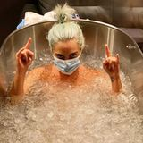 """26. August 2020  Brrrrr... Lässig liegt Lady Gaga in einer Badewanne voller Eisund signalisiert dabei mit ihren Händen: """"Rock on!"""" Die Sängerin setzt auf """"Schockbaden"""" für ihre Gesundheit und bringt sichgerade für ihre anstehende Performance bei den """"Video Music Awards"""" in Bestform."""