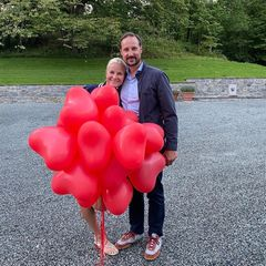 25. August 2020  Seit 19 Jahren sind Prinzessin Mette-Marit und Prinz Haakon verheiratet, und das royale Traumpaar wirkt glücklich wie eh und je. Zum Hochzeitstag teilt Mette-Marit einen Schnappschuss mit ihrem Liebsten samt Herzballons auf Instagram. Wir gratulieren!