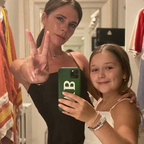 Harper Seven Beckham hat das Faible für exklusive Luxus-Kleider wohl von ihrer Mutter Victoria Beckham geerbt, die Neunjährige trägt ausschließlich Designerkleidung für mehrere hundert Euro – pro Stück. So wie auf diesem niedlichenSpiegelselfie: Harper trägt ein weißes Satin-Sommerkleid der Marke Gucci. Ein süßer Look, kindgerecht sieht allerdings etwas anders aus ...