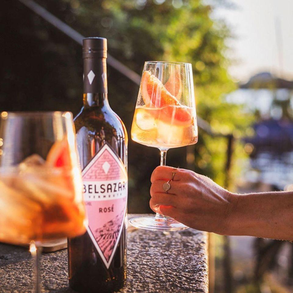 Gewinnspiel: Holen Sie sich den Sommer nach Hause – gewinnen Sie ein BELSAZAR Rosé Tonic-Set.