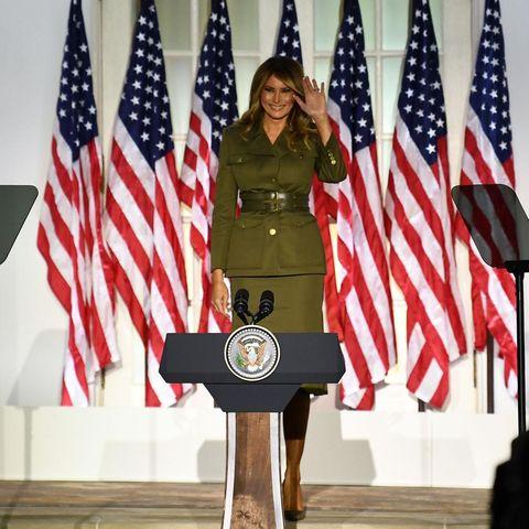 """Am zweiten Tag des Parteikongresses der Republikaner (25. August) macht sich Melania Trump für die Wiederwahl ihres Mannes, Donald Trump, stark. """"Wir brauchen meinen Ehemann noch weitere vier Jahre als Präsident. Er ist das Beste für unser Land"""", so die Worte der First Lady. Für diesen Auftritt wählt sie ein Kostüm von Designer Alexander McQueen, das nun für heftige Diskussionen sorgt."""
