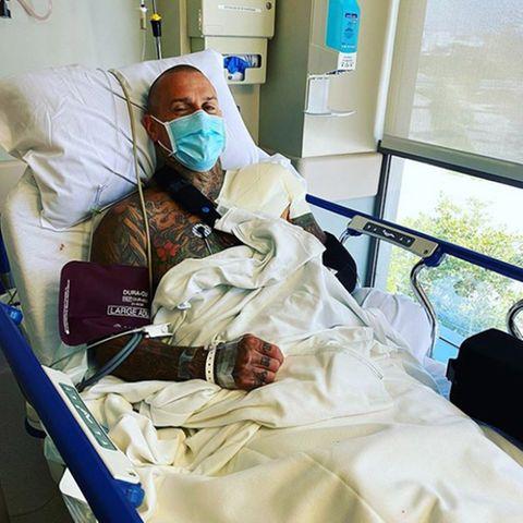 """Tröstende Wortefindet Sängerin Pink für ihr """"Baby"""" im Krankenhaus. Auf Instagram drückt sie ihre Liebe für Ehemann Carey Hart aus, derseine Operation erfolgreich überstanden hatundjetzt auf dem Wege der Besserung ist. Und ein kleines Lächeln lässt sich auch schon unter seinem Mund-Nasen-Schutz erahnen."""