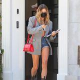 Hailey Bieber beweist beim Spaziergang in Los Angeles mal wieder, warum sie als It-Girl bezeichnet wird: Sie trägt von Kopf bis Fuß nur die angesagtesten Labels. Ihr kurzes Top ist von Jacquemus, die Jeansshorts von Alexander Wang. Dazu kombiniert sie einen Blazer von Magda Butrym und eine Tasche von Balenciaga. Den letzten Schliff verpasst sie dem Outfit mit Goldschmuck von Fallon und Schuhen von Bottega Veneta - damit ist ihr Look insgesamt über 4000 Euro wert. Bei den zweifarbigen Boots gehen die Fan-Meinungen übrigens deutlich auseinander. Hauptsache Hailey gefällt's!