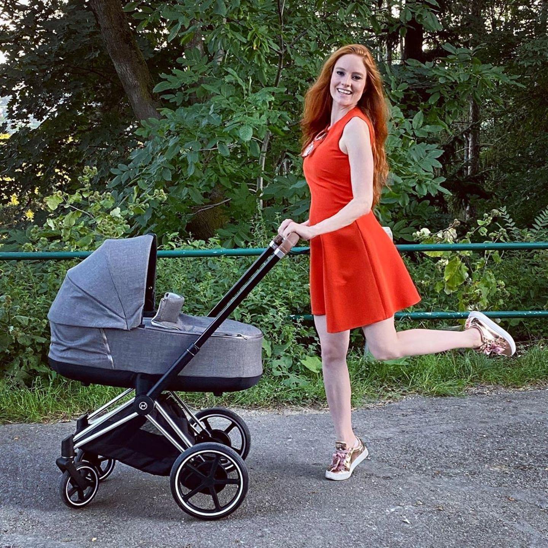 """... das beweist dieses jüngste Instagram-Bild des 34-jährigen Models. Barbara fährt in einem knallroten Babydoll-Dress ihre Tochter Marie-Therese spazieren und wirkt dabei überglücklich. Dazu schreibt die frisch gebackene Mama: """"Kinderwagen: Mein Lieblings-Accessoire 2020""""."""