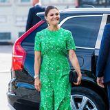 Victoria trägt ein knallgrünes Kleid von Tiger of Sweden. Das seidige Dress für rund 349 Euro schmeichelt den Kurven der Prinzessin perfekt. Ihre schwarzen Sandalen von Saint Laurent und eine Clutch runden ihren Look ab.