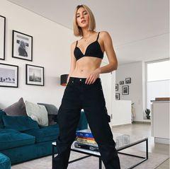 In Zeiten der Pandemie zeigt sich Stefanie Giesinger in einem sexy-lässigen Look in den eigenen vier Wänden. Die schwarze, weitergeschnittene Jeans kombiniert Steffi mit robusten Stiefel und einem schwarzen BH.