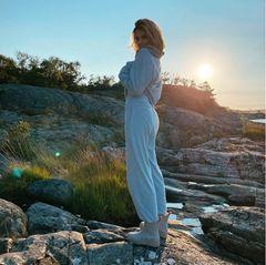 Nicht nur Zuhause, auch im Urlaub setzt die Ex-GNTM-Gewinnerin auf Komfort. Im Jogging-Look posiert sie beim Sonnenuntergang.