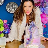 """An ihrem 39. Geburtstag wurde """"Victorias Secret""""-Engel Alessandra Ambrosi von ihrer Familie mit einer pinken Geburtstagsparty überrascht. Neben Torte und Champagner gab es dutzende Luftballons und eine kleine Krone für das Model. """"Wow! Ich weiß gar nicht, wie ich anfangen soll... So viele Nachrichten, so viel Liebe!! Danke an meine Familie, meine Freunde und danke an Euch alle!!!! Selbst in dieser verrückten Zeit fühle ich mich euch allen so verbunden!!! Ich möchte euch von ganzem Herzen danken. Meine Liebe für euch ist unendlich"""", schreibt Ambrosio auf Instagram. Klingt nach einem rundum gelungenen Geburtstag – trotz Coronapandemie!"""