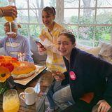 """Gigi Hadid feiert während der Coronapandemie ihren 25. Geburtstag mit ihrer """"Quarantäne-Familie"""" – und freut sich über eine Überraschung ganz besonders: """"Das Sahnehäubchen am perfekten Quarantäne-Tag war, dass meine Überraschungs-Bagel-Kuchen von dem einzigartigen Cake Boss Buddy Valastro gemacht wurde, dem ich schon über ein Jahrzehnt lang zugesehen habe. ICH HABEECHTE TRÄNEN GEWEINT! BUDDY! Dasist ein wahr gewordener Traum"""", schreibt das Model auf Instagram. Die Freude steht ihr ins Gesicht geschrieben."""