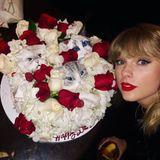 Taylor Swift ist eine bekennende Katzen-Lady, ihre süßen Vierbeiner nimmt die Sängerin sogar regelmäßig mit auf Tour. An ihrem 30. Geburtstag überraschten sie ihre Freunde deswegen mit einer spektakulären Katzen-Torte. Fast zu schön zum essen, oder?!