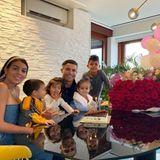 """An ihrem 26. Geburtstag wirdGeorgina Rodríguez von ihrem Liebsten, Star-Fußballer Cristiano Ronaldo, mit einem großen Blumen-Bouquet aus roten Rosen überrascht. Die Freude darüber war selbstverständlich riesig: """"Ich danke meinem Mann, dass er mir das Beste vom Leben, unsereKindern, geschenkt hat. Ich liebe euch alle!"""", schreibtGeorgina Rodríguez zu dem niedlichen Familienfoto."""