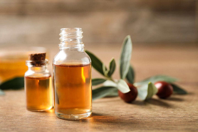 Goldener Saft: Jojobaöl ist ein geeignetes Pflegeprodukt für Haut und Haare.