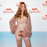 Im sexy Seventies-Look präsentiert sich Sila Sahin auf dem Red Carpet.