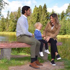 Stylishe Schweden-Royals on Tour! Mit seinen zwei Jahren weiht der kleine Prinz Gabriel gemeinsam mit seinen Eltern einen Rastplatz in einem Naturschutzgebiet in der schwedischen Provinz Dalarna ein. Herausgeputzt hat sich für diesen besonderen Tag jedoch nicht nur der Zweijährige mit Hemd, Pulli und schwarzer Hose, sondern auch Papa Prinz Carl Philip und Mama Prinzessin Sofia.