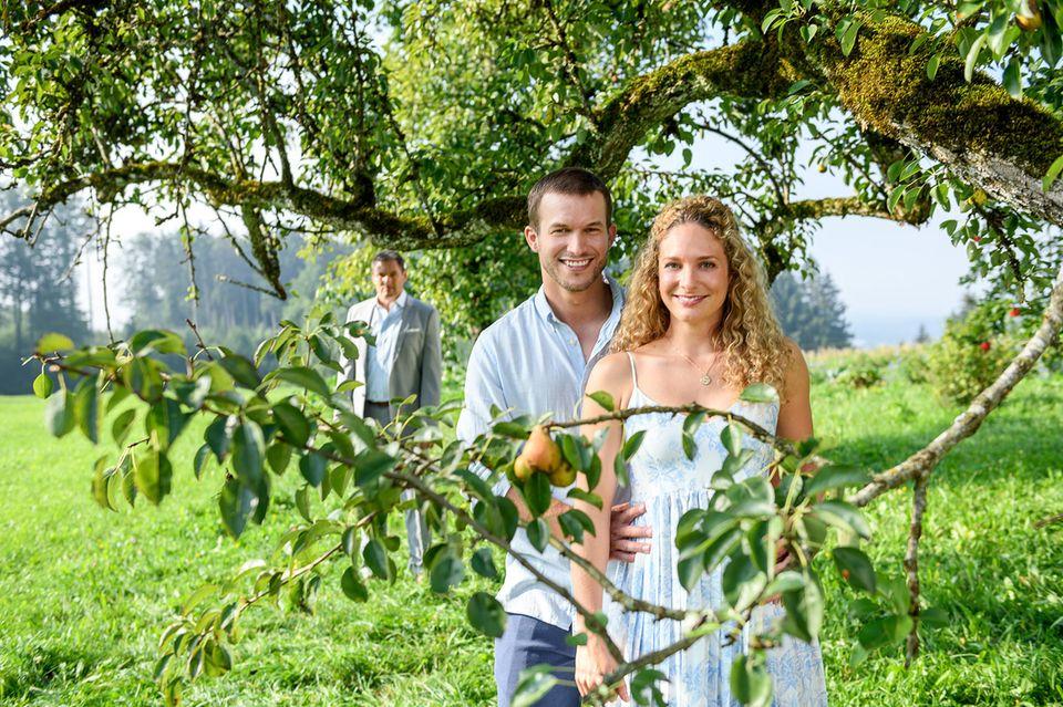 In der 16. Staffel steht die Liebesgeschichte um Franzi Krummbiegel (Léa Wegmann, r.) und Tim Degen (Florian Frowein, l.) im Mittelpunkt der Geschichten.