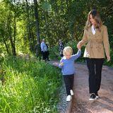 """An der Hand von Mama Sofia begibt sich Gabriel auf Erkundungstour. """"Wir hoffen, dass der Rastplatz für die vielen Besucher des Naturschutzgebiets ein geschätzter Anlaufpunkt sein wird"""", schrieben Prinz Carl Philip und Sofia auf Instagram und verraten, dass der Platz für sie schon zu einem Lieblingsort geworden ist."""