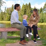 Die Familie Bernadotte genießt die Ruhe des Naturschutzgebiets Säterdalen und hat auf einer Bank Platz genommen.