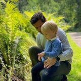 Mit Papa Carl Philip erkundet Gabriel die Pflanzen- und Tierwelt.
