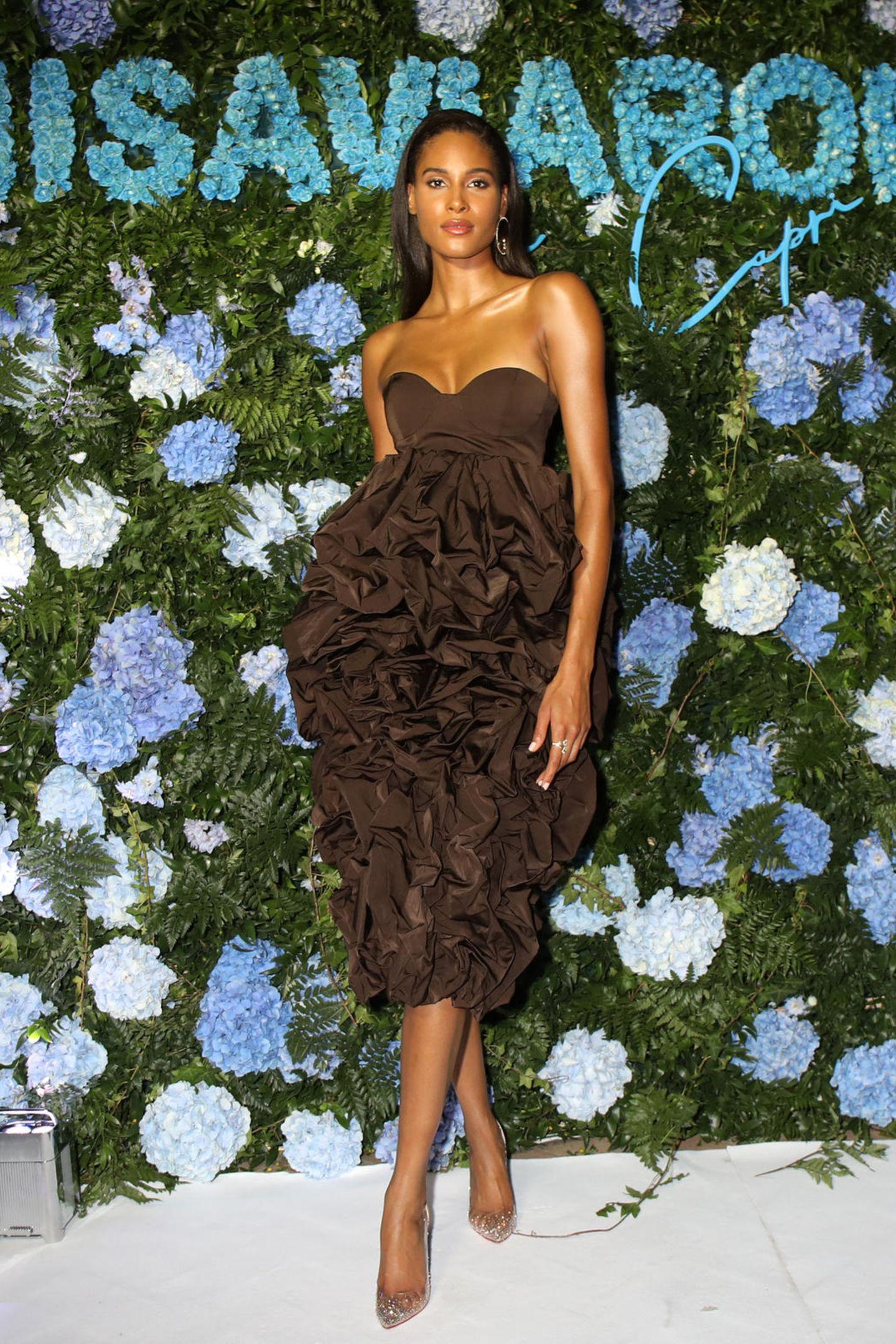 Wenn LuisaViaRoma einlädt, dann wird es glamourös. Zum Launchevent auf Capri erscheint Cindy Bruna in einem spektakulären braunen Kleid mit Volants.