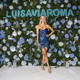 Leonie Hanne kann ihre Freude nicht verstecken; endlich wieder Red-Carpet-Luft schnuppern! Zu ihrem strahlenden Lächeln trägt sie ein blau-glänzendes Wickelkleid von Yves Saint Laurent, filigrane Heels strecken ihre gebräunten Beine optisch.