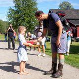 Auf der Route, die er anlässlich des 75. Jahrestages der Befreiung Norwegens beschreitet, trifft er viele seiner großen und kleinen Landsleute.