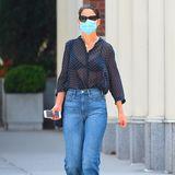 Katie Holmes wird mehr und mehr zur Stilikone: Zur blauen, weiten Jeans trägt sie eine schwarze Bluse mit Punkten. Von vorne ist zu erkennen, dass die locker sitzende Bluse leicht durchsichtig ist und den Blick auf ihren schwarzen BH freigibt. Coole Flip-Flops und knallrote Nägel machen den Mix perfekt!