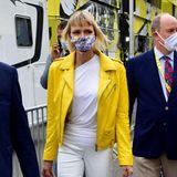 Dieser Look ist wirklich eine Überraschung! Charlène und Albert von Monaco zeigensichbeim Auftakt der Tour de France 2020 in Nizza, und die Fürstin ist mit knallig gelber Lederjacke und der neuen Frisur kaum wiederzuerkennen.