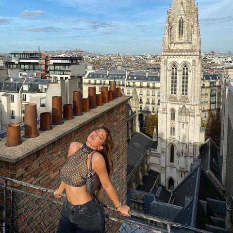 Oh, mon amour ... Beim atemberaubenden Blick über Paris kann Kylie Jenner nicht anders, als sich selbst von ihrer sexy Seite zu zeigen.