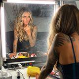 Auch bei Haaren und Make-up wird nichts dem Zufall überlassen: Star-Stylistin Serena Goldenbaum zaubert ihr lockere Waves und ein sexy Make-up.
