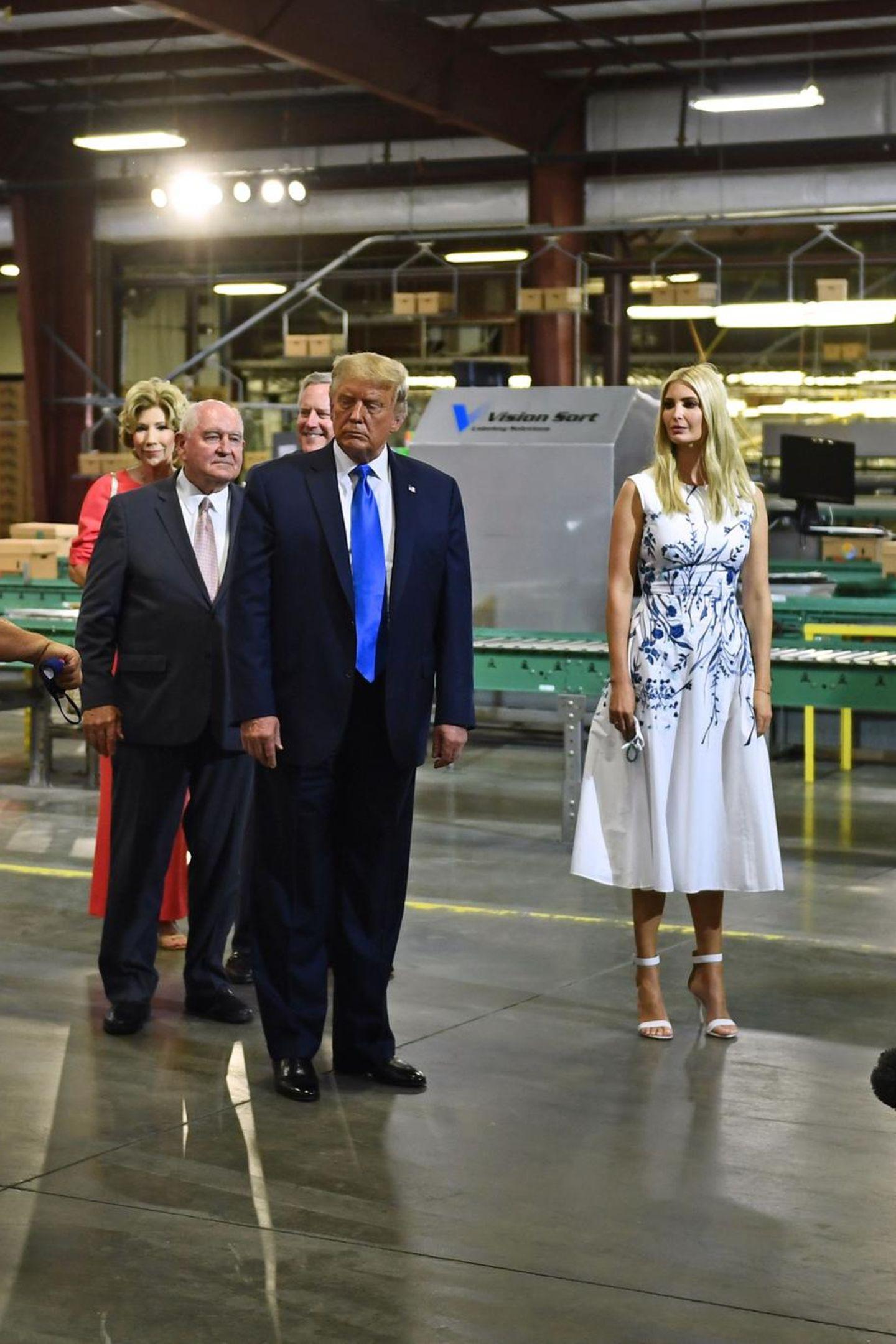 """Kurz zuvor hatte sie sich in einem weißen Kleid mit blauem Blumenmuster gezeigt, Kostenpunkt rund 1.800 Euro. Dazu kombiniert sie beige Leder-Sandalen von Gianvito Rossi (Preis rund 620 Euro). Außerdem hatte sie die """"Whitney Bag"""" von Max Mara in der Hand, bei einem Preis von rund 1.400 Euro auch kein Schnäppchen. Dafür, dass sie ihren Vater erst kürzlich den """"People's President"""" nannte, zeigt sich Ivanka in diesen 4.000-Euro-Lookskeinesfalls als eine Frau des Volkes."""