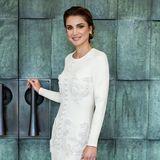 """Königin Rania wird am 31. August 2020 50 Jahre alt. Beim Anblick dieses neuen Porträts ist das wirklichunglaublich. In einer weißen Robe mit Stickereien und Knöpfen lächelt die schöne Monarchin in die Kamera. Der Designer des Kleides, Mohammed Ashi, ist stolz: """"Es ehrt mich, dass Königin Rania dieses majestätische Kleid wählt, welches designt wurde, um Macht auszustrahlen."""" Wie passend..."""