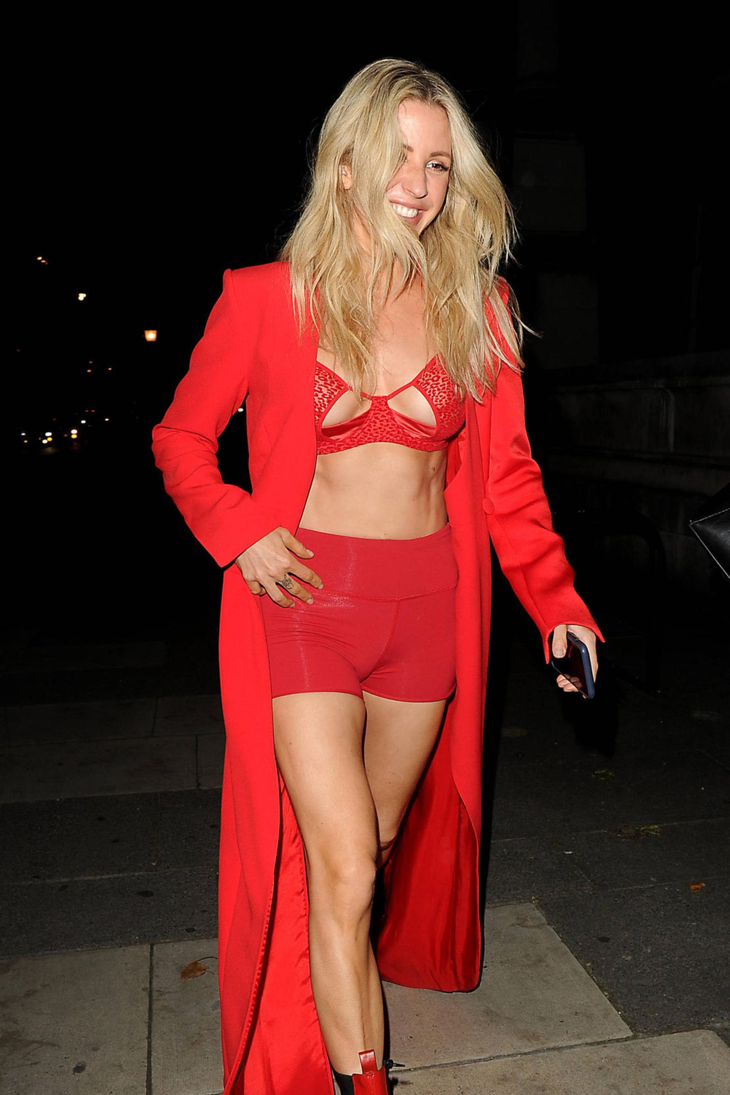Ellie Goulding ist für ihren unkonventionellen Style bekannt. Nach einem virtuellen Konzert in London zeigtsie aber doch mehr, als ihr vermutlich lieb ist: Zur ultraknappen Hotpants kombiniert sie einen BH, der sich als ziemlich transparent entpuppt. Dazu trägt sie einen langen Mantel und derbe Boots - alleTeile in der Signalfarbe Rot. Übersehen wird sie damit jedenfalls nicht …