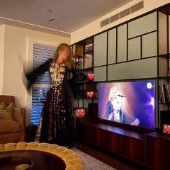 In ihrem damaligenBühnenoutfit schwelgt Adele in Erinnerungen und machtwieder einmalihren extremen Gewichtsverlustdeutlich: Während das schwarze Pailletten-Kleid im Jahr 2016 wie angegossen passte, scheint die Sängerin nun förmlich darin zu schwimmen.