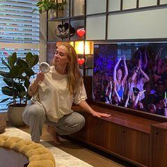 """Weil das """"Glastonbury Festival"""" wegen der Coronapandemie in diesem Jahr ausfällt, lässt Adele ihren Auftritt aus dem Jahr 2016 in den eigenen vier Wänden Revue passieren. In einer lässigen Jogginghose und einem weiten T-Shirt performt die Sängerin ihren Song in ihrem Wohnzimmer – und schlüpft für ihre Fans sogar in ihr altes Kleid ..."""