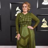 """Bei der """"Grammy""""-Verleihung 2017im Staples Center in Los Angeles erscheint Adele in einer außergewöhnlichen,grünen Robe vonGivenchy. Doch für dieses Outfit erntet die Sängerin nicht nur Lob: Kritiker vergleichen die Britin mit der """"Shrek""""-Prinzessin Fiona."""