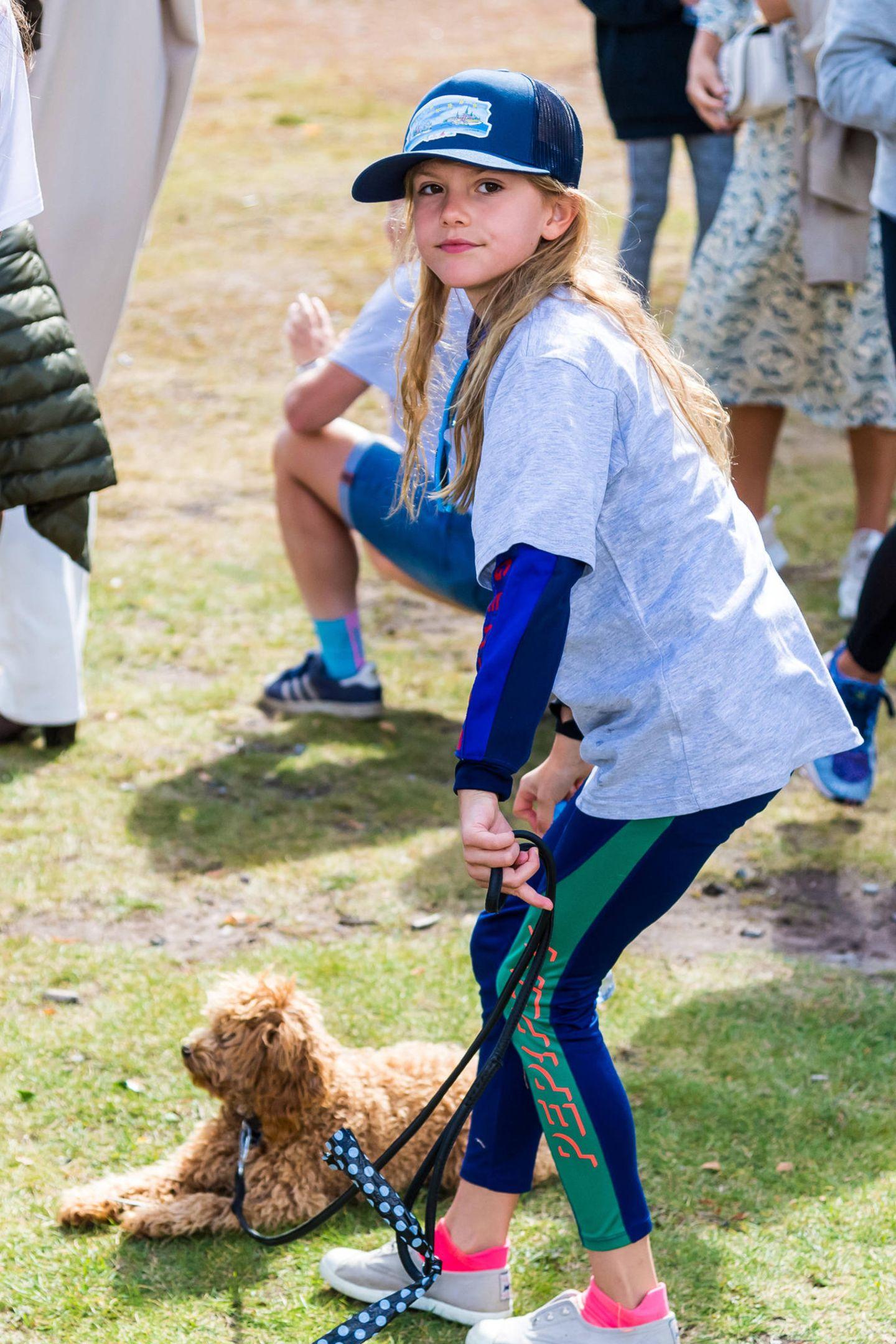 Auch Prinzessin Estelle ist mit Hündchen Rio an ihrer Seite beimsportlichen Ereignis im Park dabei.