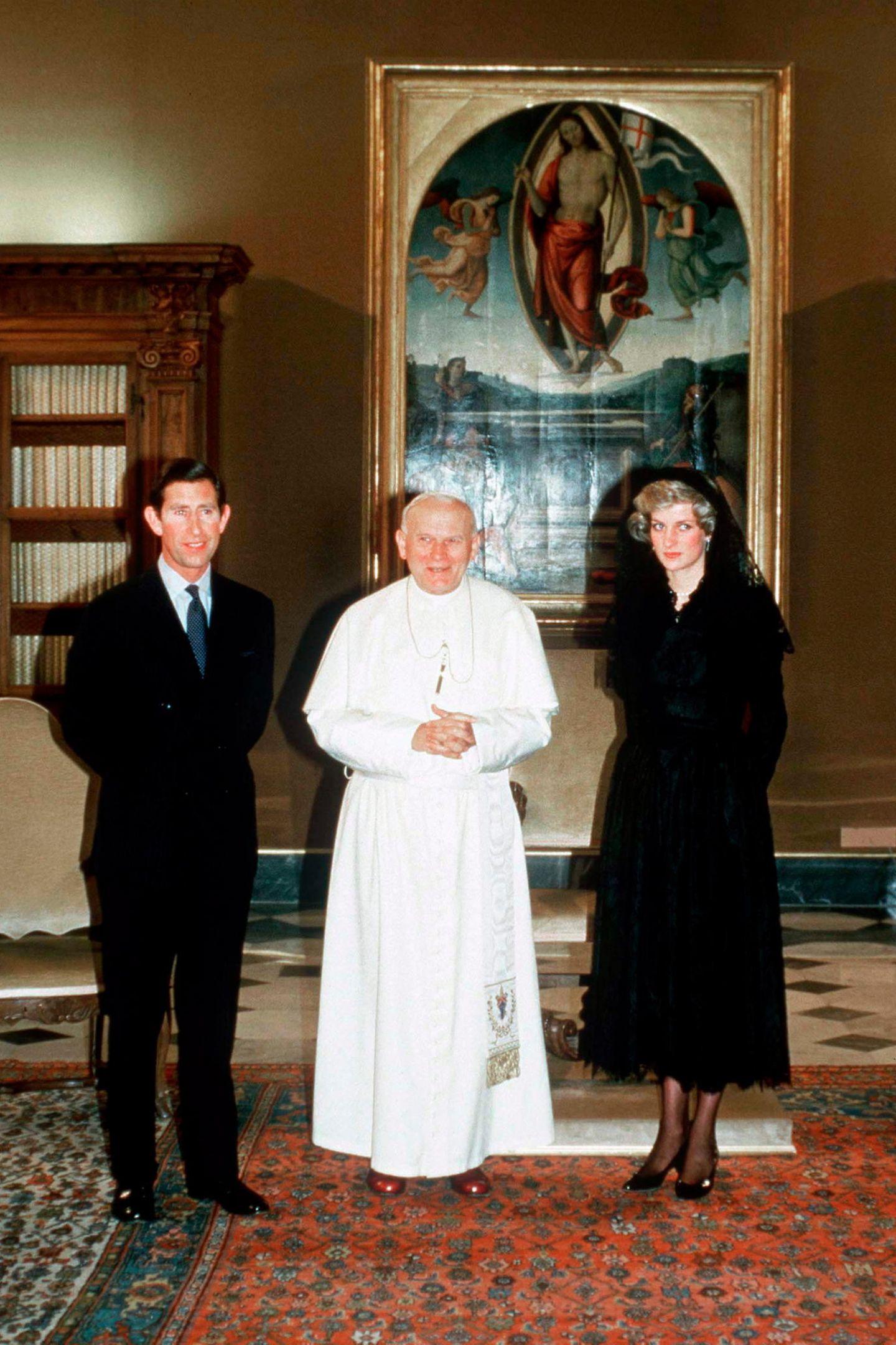 1985  Eine Audienz beim Papst? Kein Problem für das Prinzenpaar. Charles und Diana besuchen Papst Johannes Paul II.