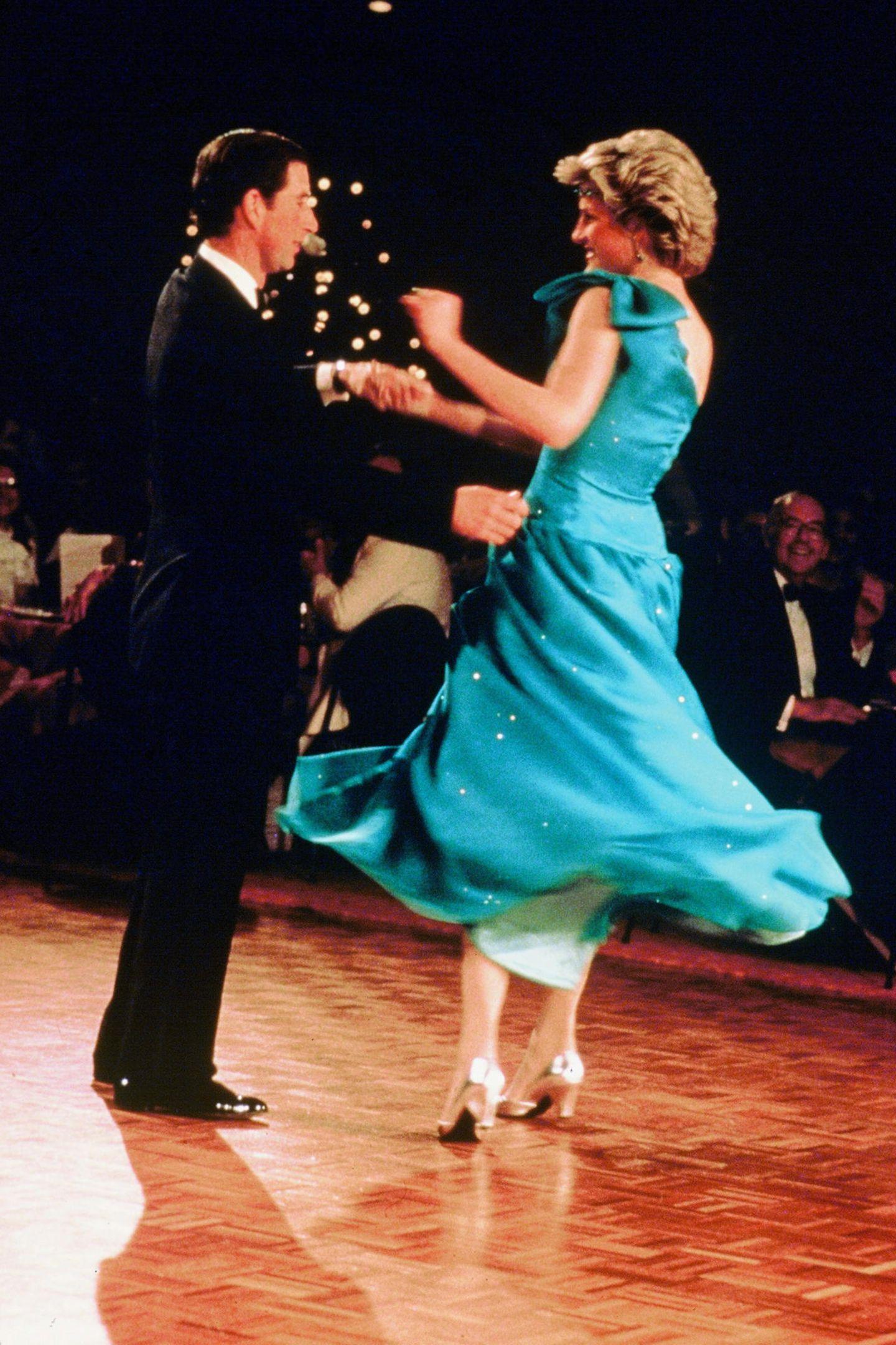 1983   So fröhlich und ausgelassen sieht man die beiden nur selten: Charles und Diana beim Tanzen in Sydney.