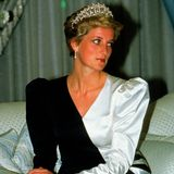 1986   Die Eheprobleme zwischen Prinz Charles und Prinzessin Diana sind zwar bisher nur Gerüchte. Doch auf offiziellen Veranstaltungen, wie hier in Saudi-Arabien, bemerkt auch der unaufmerksamste Beobachter eine grüblerische Frau.