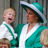 """1988   Bei der """"Trooping the Colour""""-Parade geben Prinz Harry und Prinzessin Diana ein wirklich herrliches Bild ab. Der kleine Prinz scheint ziemlich aufgedreht und albert niedlich herum."""