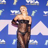 Bei den MTV Video Music Awards zeigten sich die Promis nach langer Corona-Abstinenz mal wieder auf dem Red Carpet. Und wie! Miley Cyrus ließ der Fantasie in diesem transparenten Kleid von Mugler wenig Spielraum …