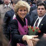 1989  Prinzessin Diana suchtdie Nähe zum Volk, und genau das ist auch der Grund für ihre Beliebtheit. Hier schüttelt sie die Hände ihrer Fans in New York.
