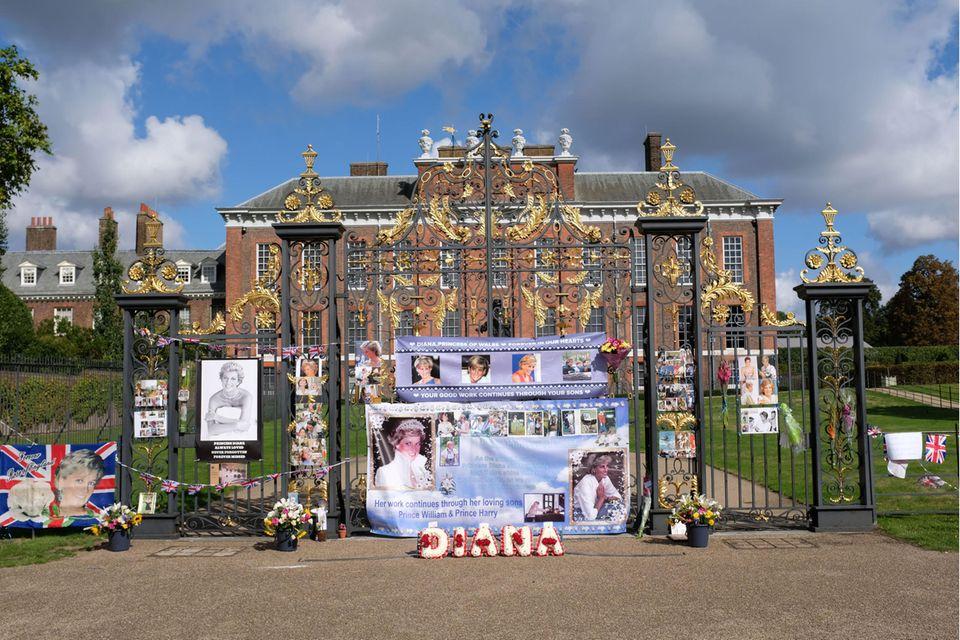 Der Kensington Palast am 31. August 2020. Fans haben das Tor des Anwesens in Gedenken an Prinzessin Diana geschmückt.