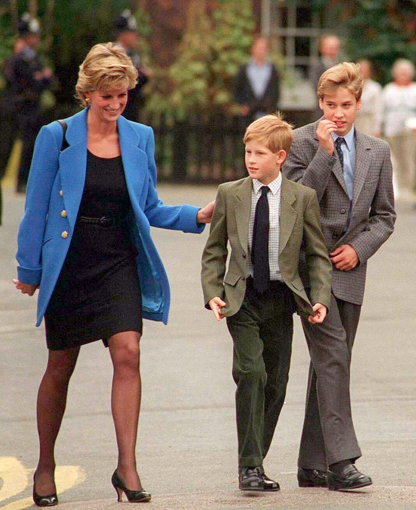1995   Prinz William hat es geschafft: Er wird auf dem Elite-Internat in Eton angenommen. Voller Stolz begleitet ihn Diana am 5. September zu der Einschulung, zwei Tage später beginnt der Unterricht.