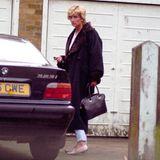 1996   Diana führt ein Leben im Rampenlicht, das voll von Paparazzi ist. Kaum ein Moment vergeht, in dem sie nicht von Fotografen verfolgt wird.