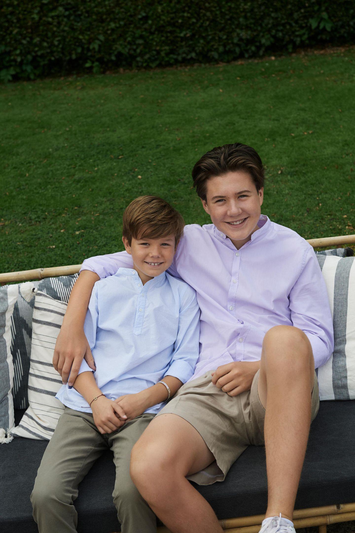 Prinz Vincent (l.) und Prinz Christian (r.), der eines Tages seinem Vater als König folgen wird, lachen entspannt in die Kamera.