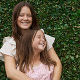 Prinzessin Isabella und ihre jüngere Schwester Prinzessin Josephin stehen gerne Modell. Vor allem Josephine kann sich hier vor Lachen kaum einkriegen.