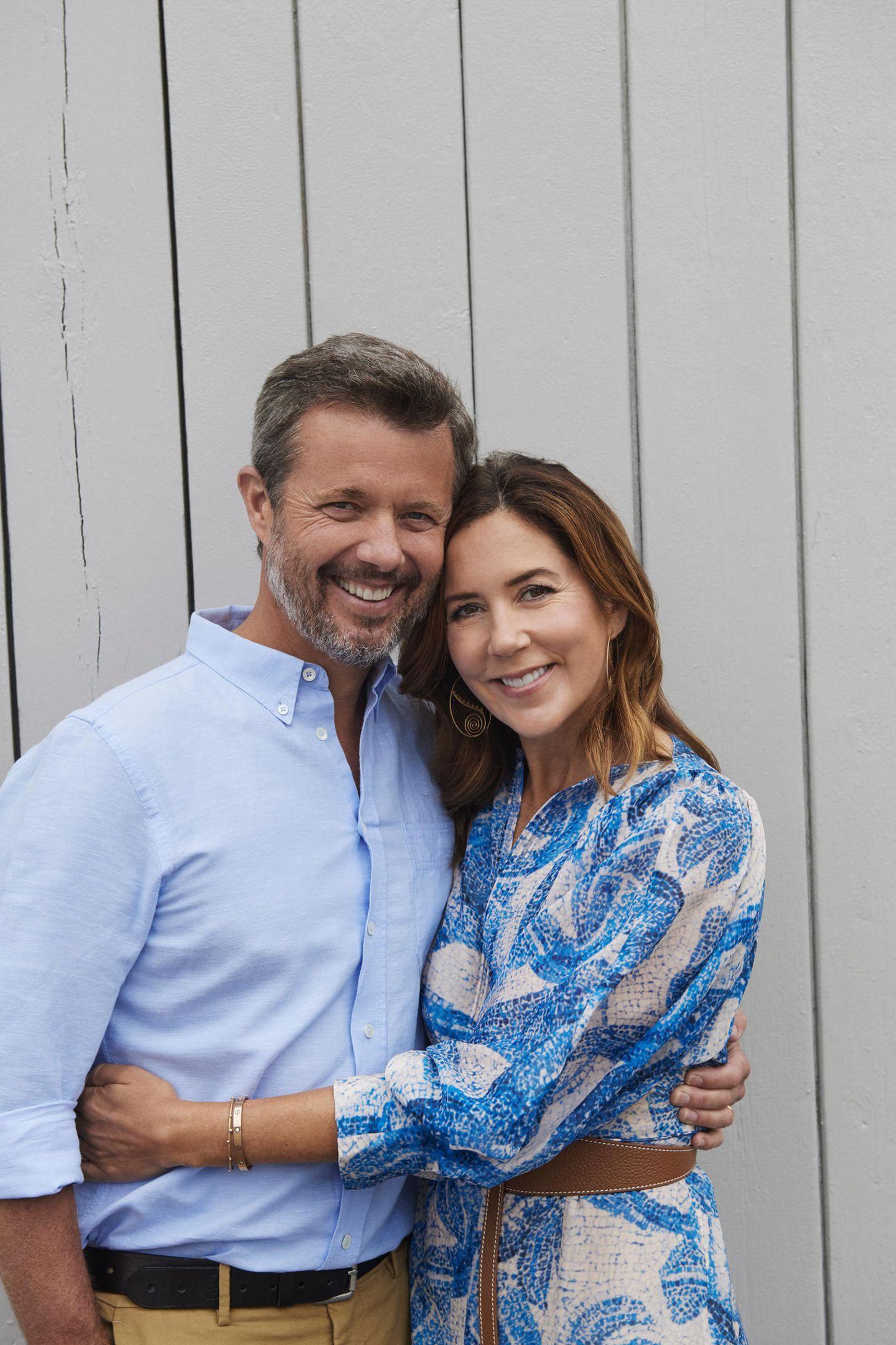 Verliebt kuscheln sich Prinz Frederik und Prinzessin Mary aneinander. Seit 16 Jahren sind sie jetzt verheiratet und strahlen auf diesem Foto, als wäre das Jawort erst gestern gewesen. Kein Zweifel: Zwischen diesen beiden ist es die ganz große Liebe!