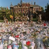 1997  Am 6. September 1997 trauert die ganze Welt um die am 31. August 1997 verstorbene Prinzessin, und am meisten ihre Söhne William und Harry. Die Anteilnahme an Dianas Tod ist atemberaubend, der Kensington-Palast versinkt in einem Blumenmeer.